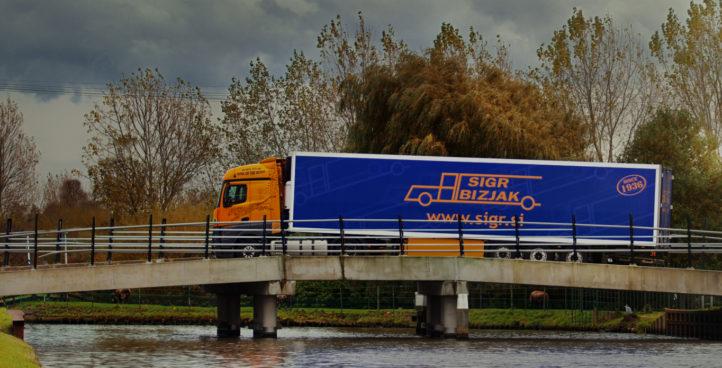 Tovorno vozilo slikano med vožnjo