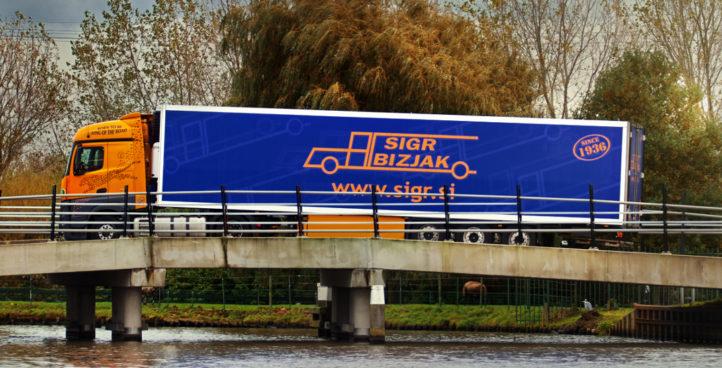 Tovorno vozilo slikano med vožnjo#2
