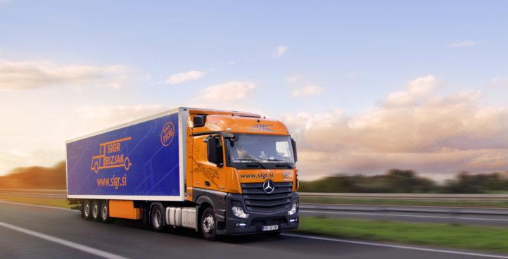 Tovorno vozilo med vožnjo