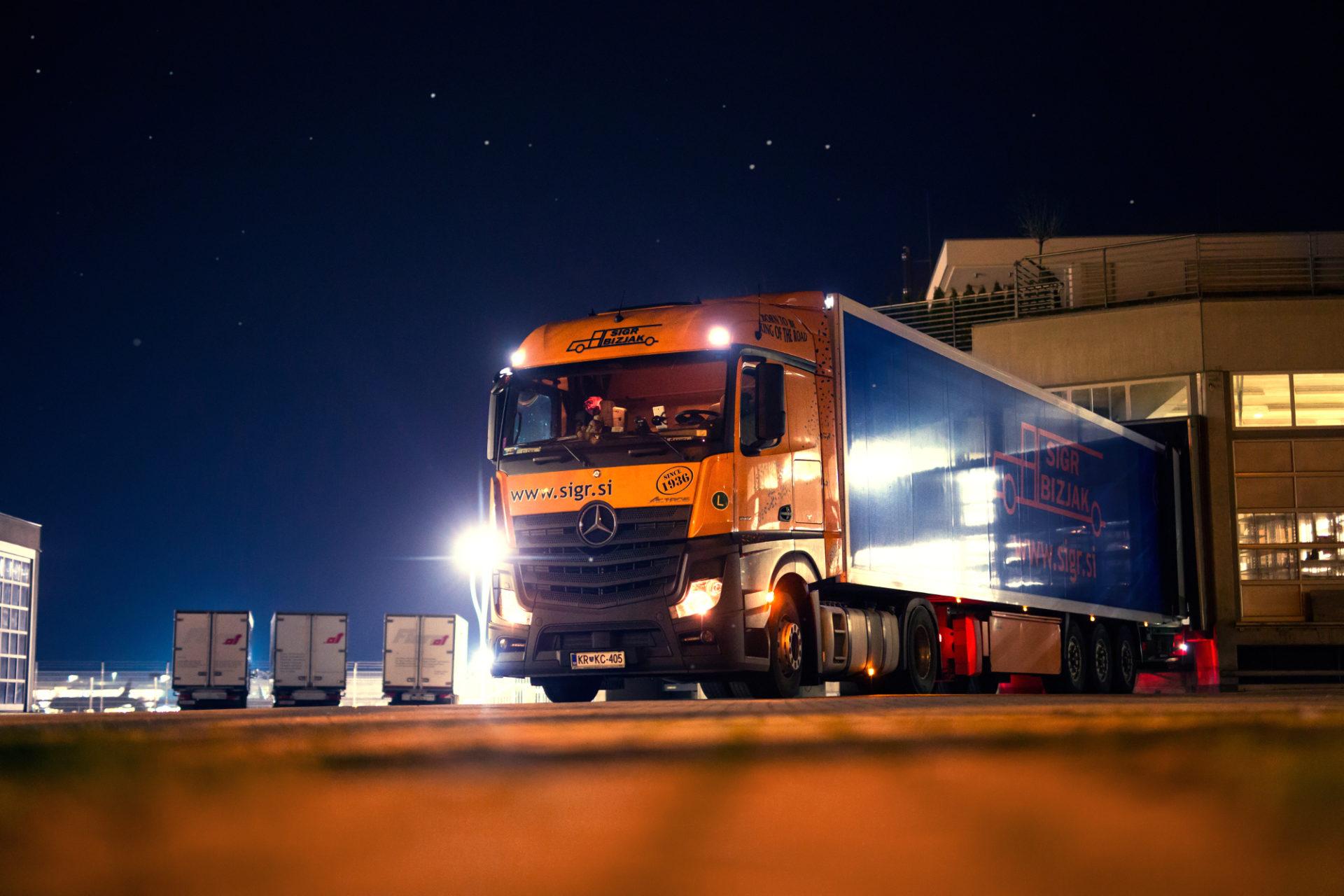 Tovorno vozilo ponoči